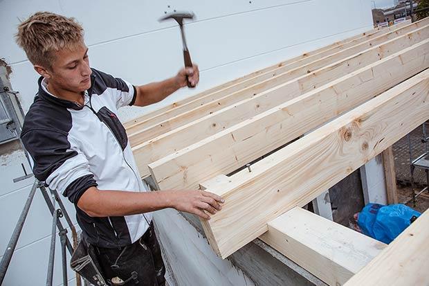 Zimmerer bei der arbeit  Holzbau Westhoff | Referenzen